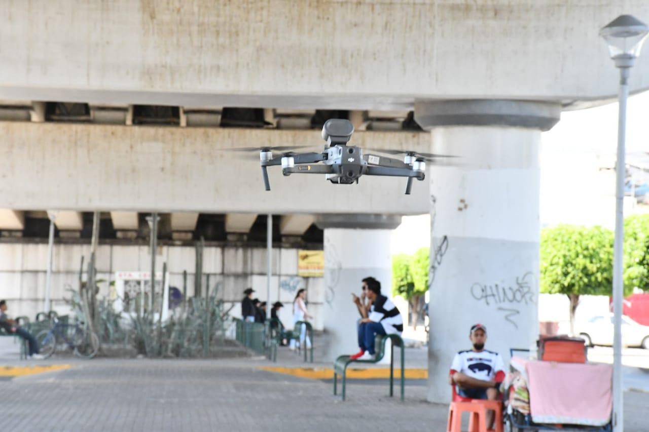 Usan drones para obligar a la gente permanecer en casa por COVID-19