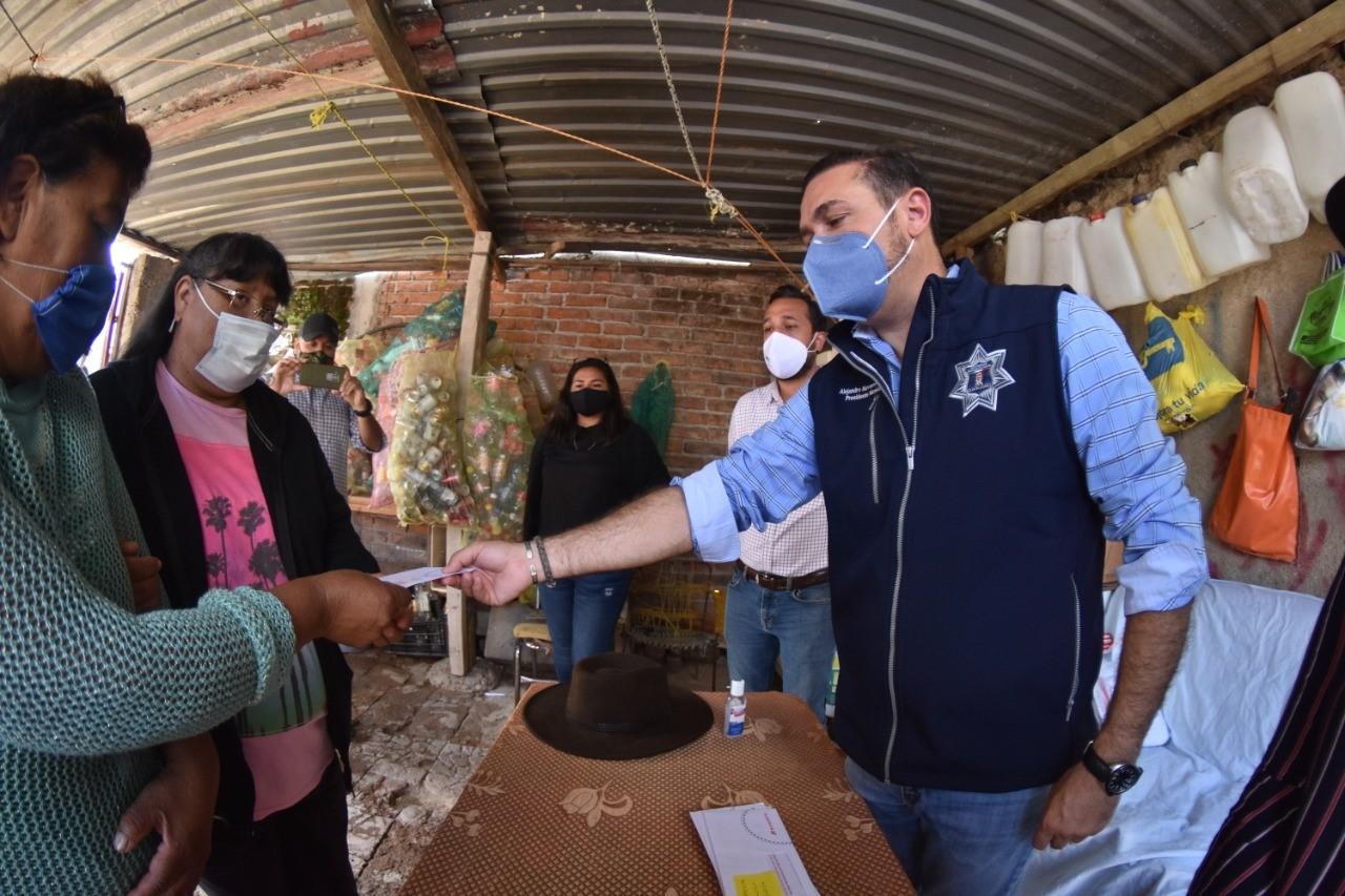 Entrega Alejandro Navarro apoyos solidarios a familias del Mineral de la Luz