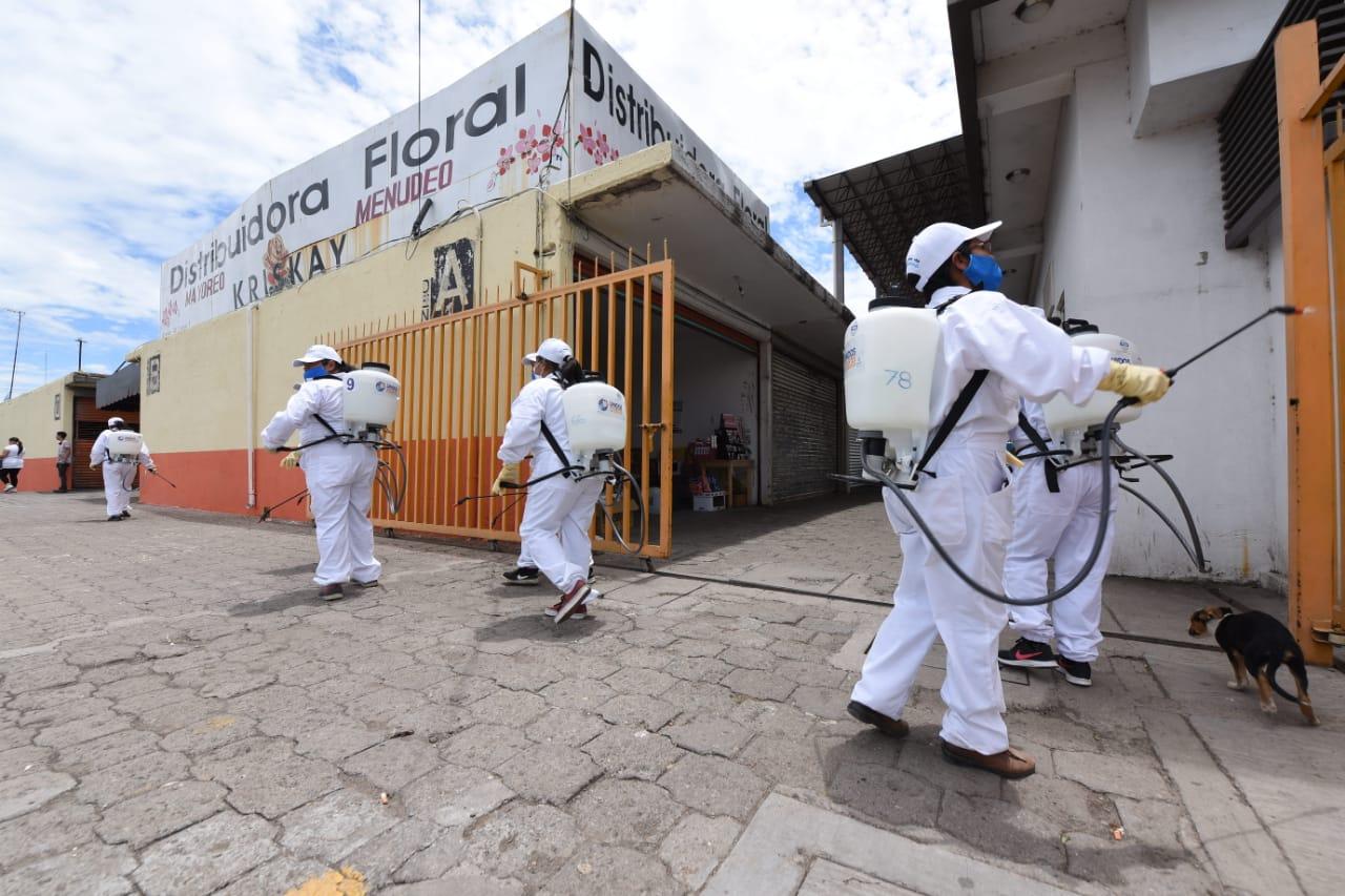 Desinfectan Central de Abastos en Irapuato